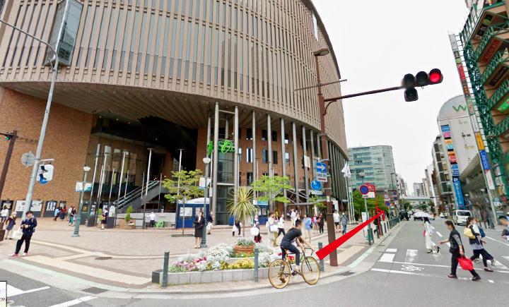 神戸国際会館前の道の写真